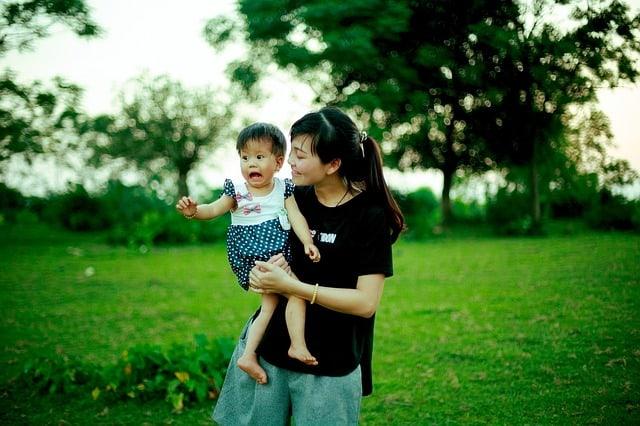 bebe qui pleur face a inconnu