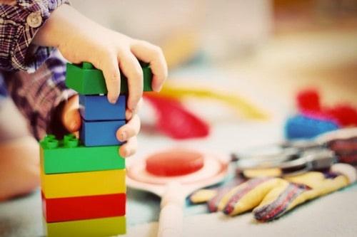 enfant qui construit et joue
