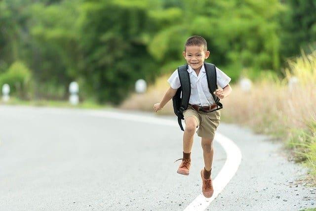 enfant courre cartable